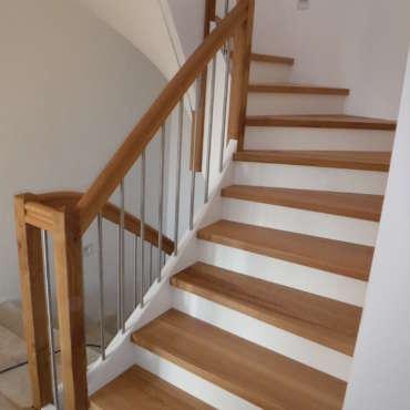 Treppe in Eiche mit weiß lackierten Wangen und Edelstahlstäben