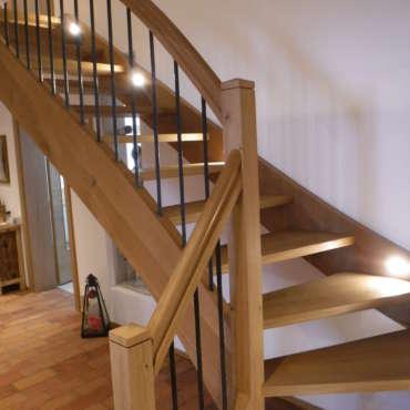 Treppe in Eiche mit geschmiedeten Eisenstäben