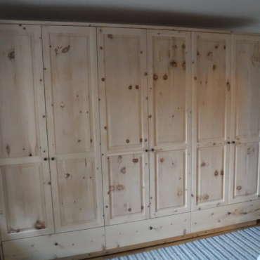 Schlafzimmerschrank in Zirbenholz