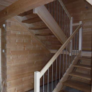 Treppe in Fichte und Eiche mit Edelstahlstäben